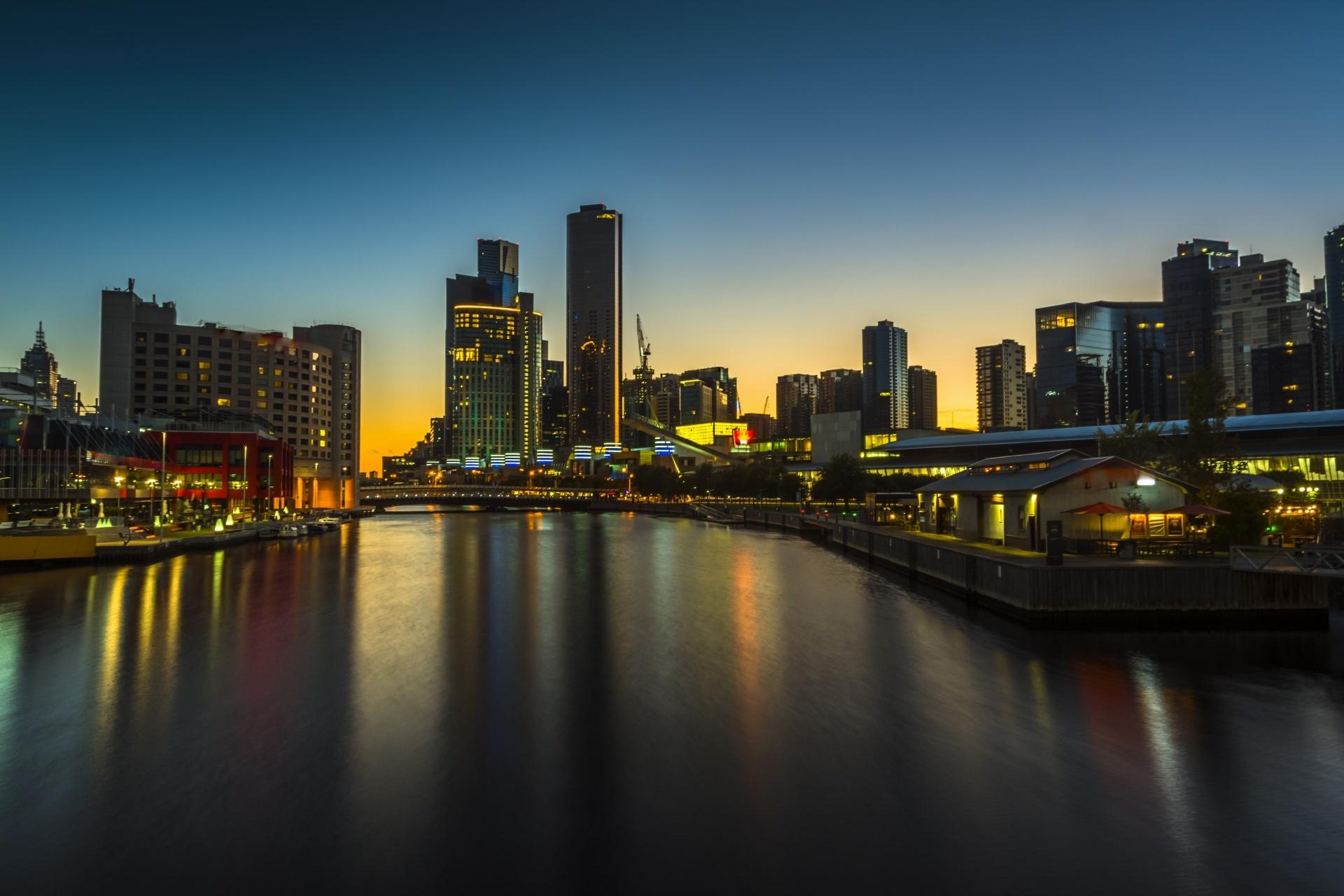 穏やかな夜明けのメルボルン ドックランズとヤラ川