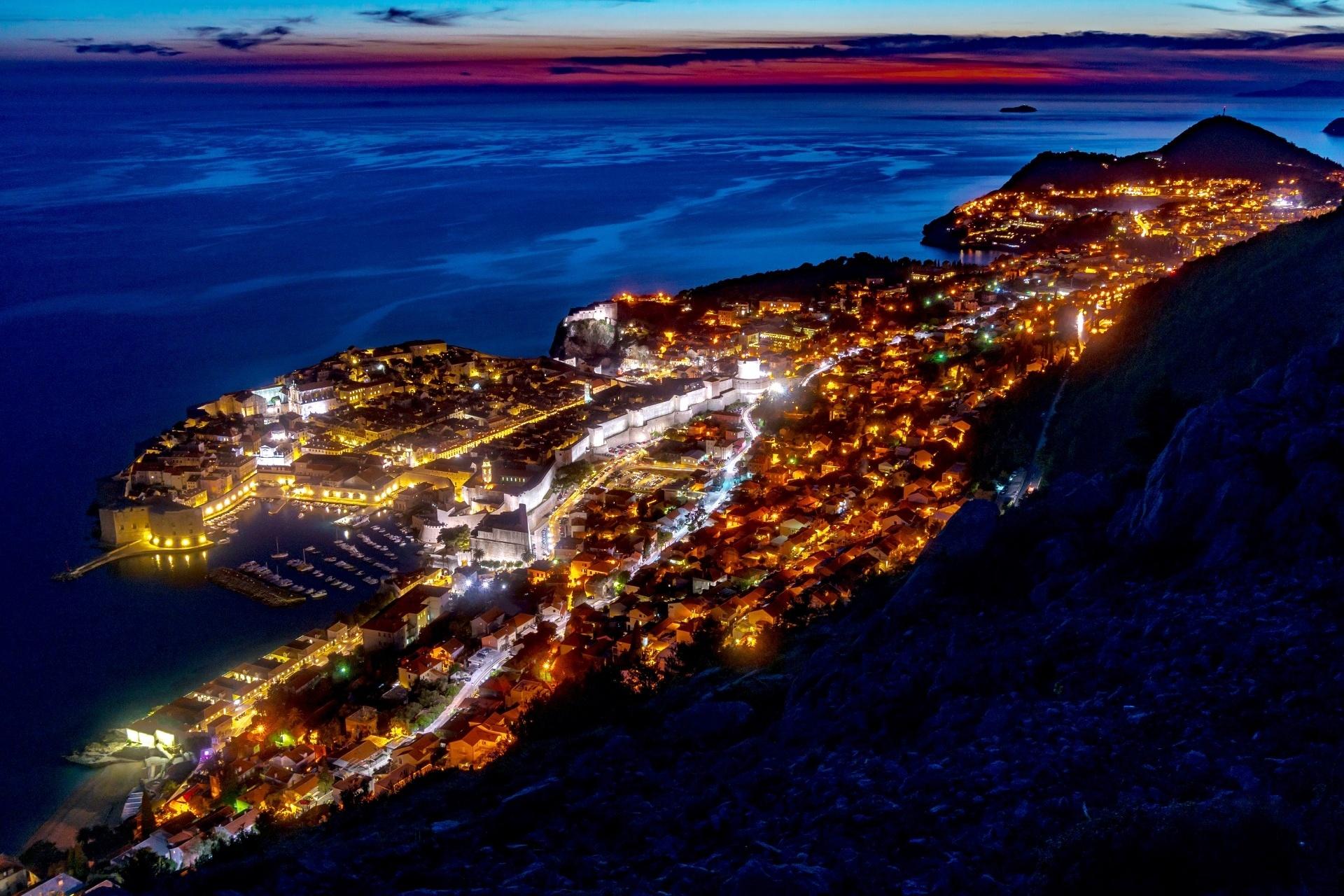夜のドブロヴニクの町並み