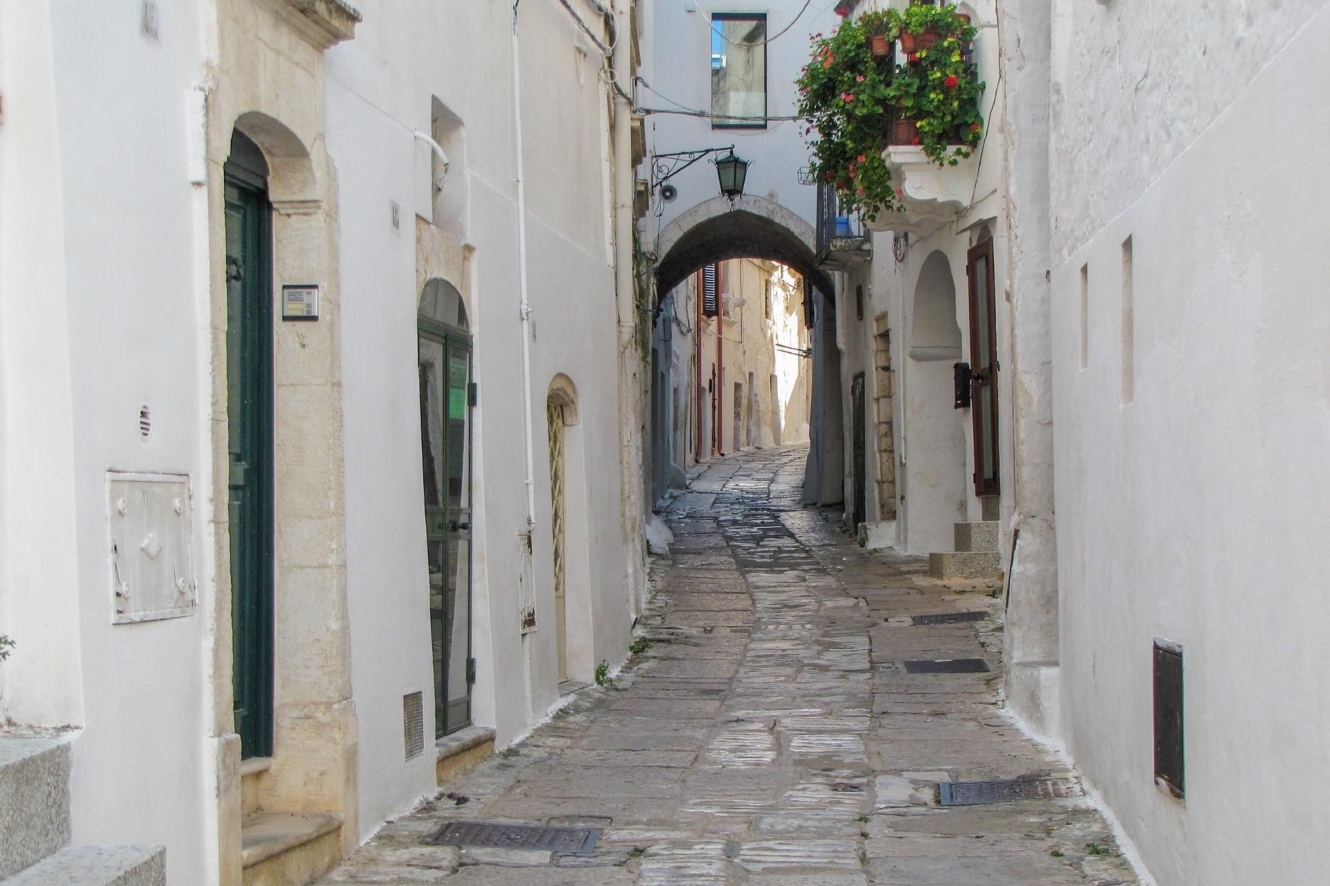 イタリア オストゥーニの路地