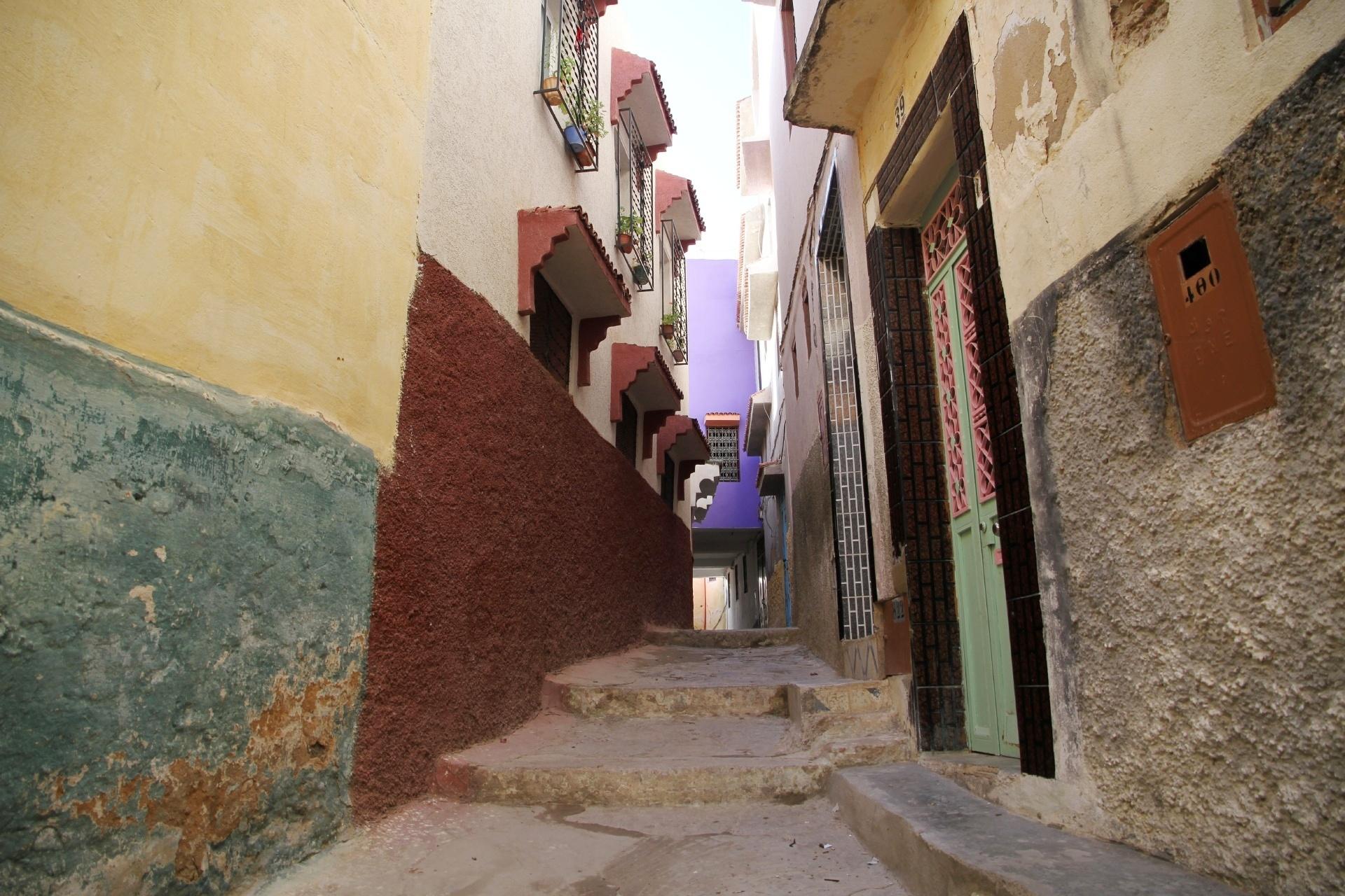 聖なる都市として知られるムーレイ・イドリスの路地 モロッコの風景