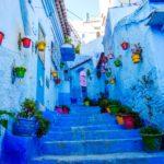 カラフルな花に彩られた青の街「シャウエン」の路地の風景