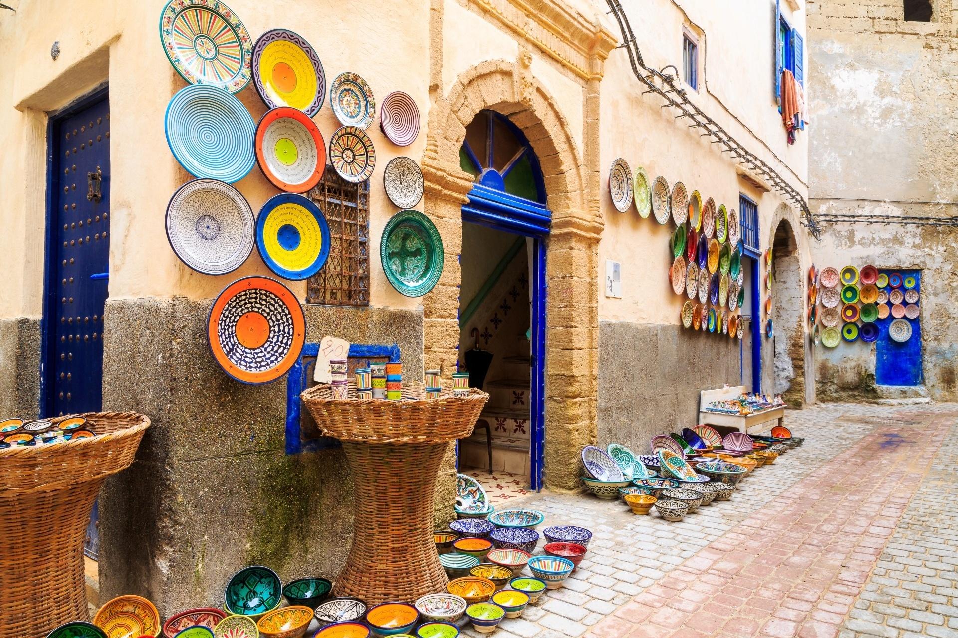 色とりどりの陶器の土産物が並ぶモロッコの町角