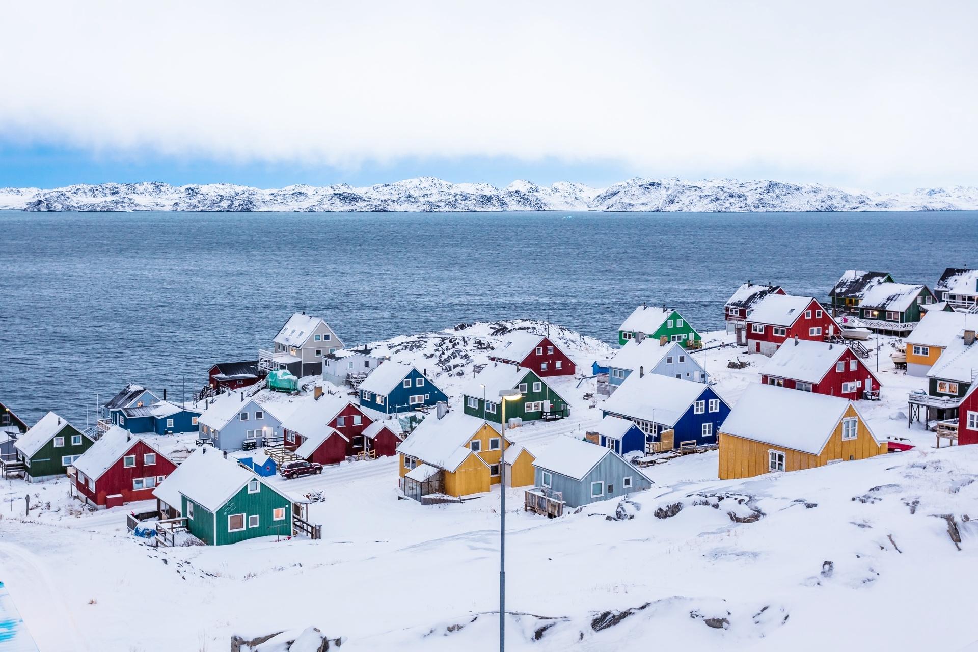 グリーンランドの首都ヌーク郊外のフィヨルドに面したイヌイットのカラフルな家々