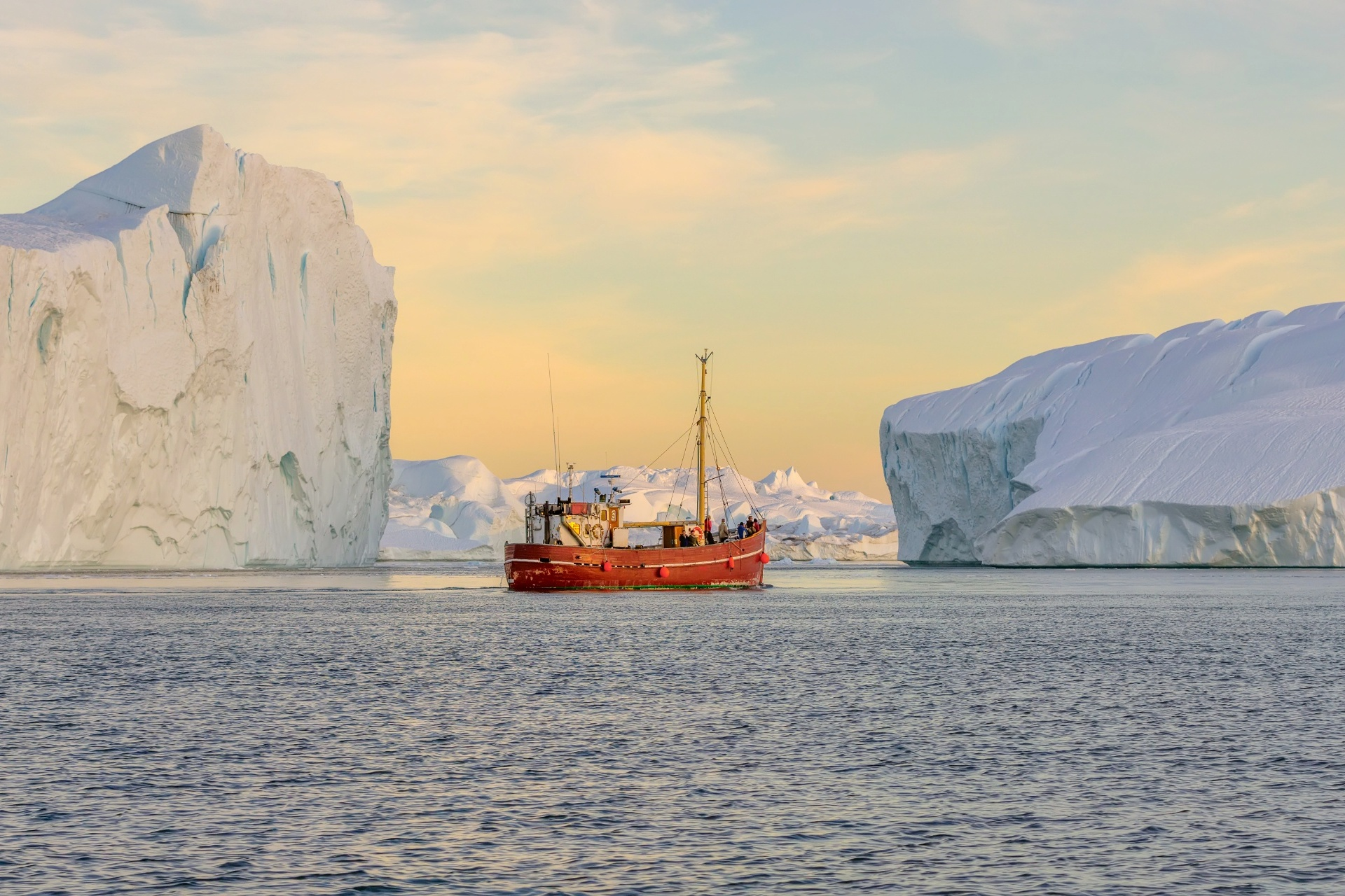 グリーンランドの西側ディスコベイに浮かぶヤコブスハウン氷河から流れ出た氷山