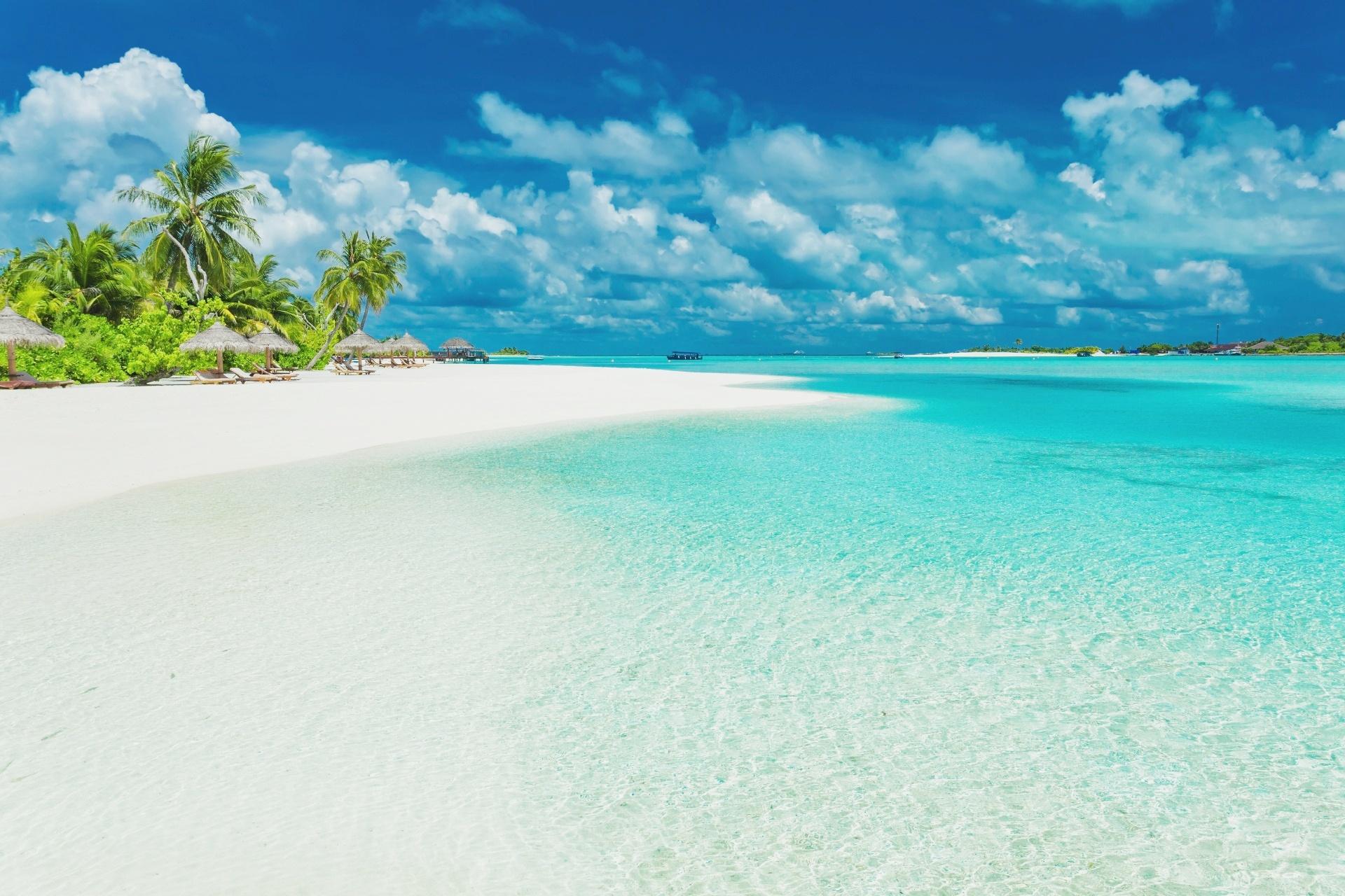 青い海と美しい砂浜の続くモルディブの風景
