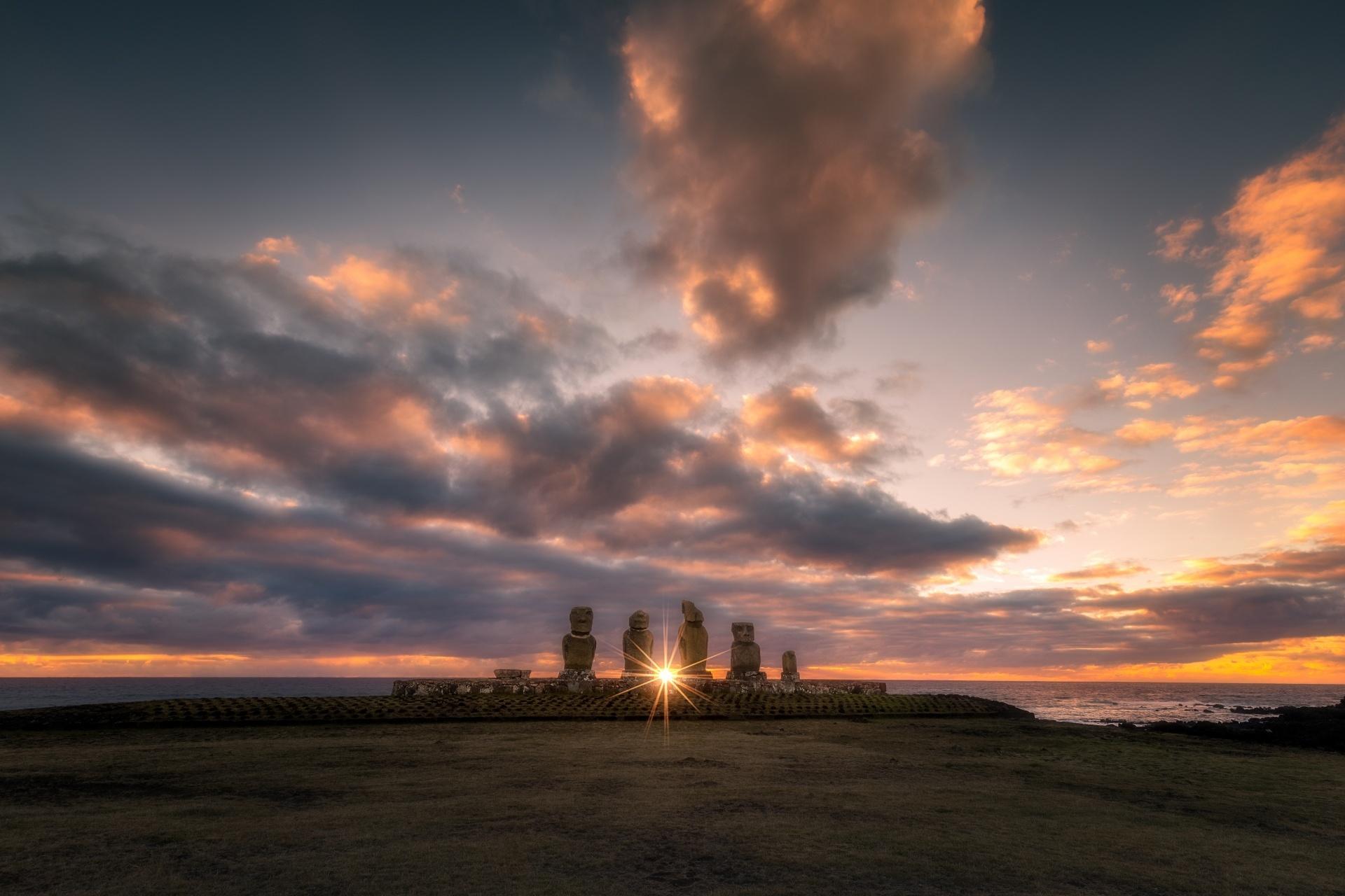 モアイ像と夕焼け イースター島(パスクア島)) チリ
