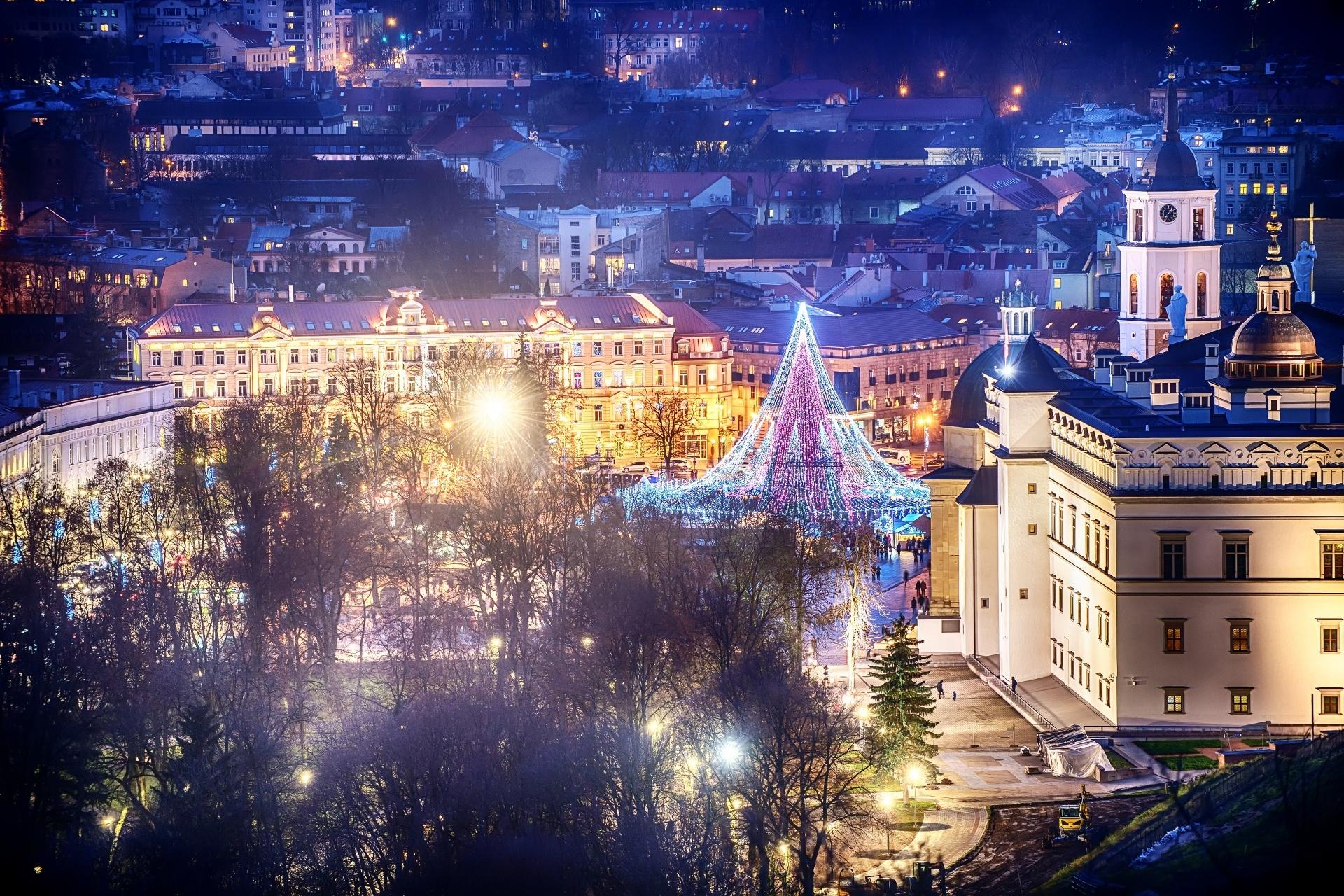 クリスマスのイルミネーションに彩られるビリニュスの風景